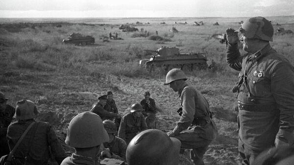 Офицеры 11-й советской танковой бригады на горе Баин-Цаган на Халхин-Голе перед атакой, 1939 год
