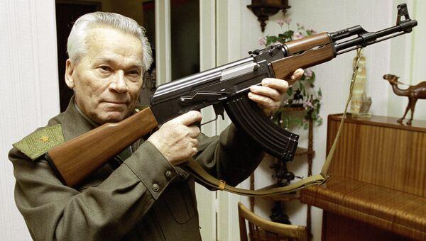 Михаил Калашников с автоматом АК-47. Архивное фото