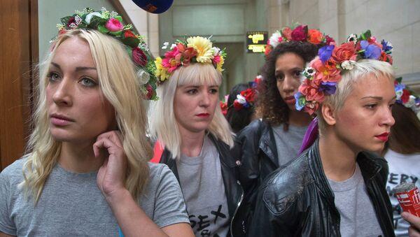 Протестная группа Femen в здании суда в Париже