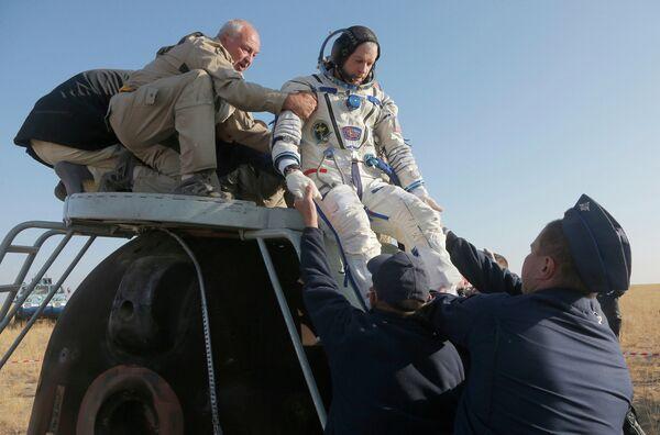 Астронавт НАСА Стивен Свонсон после посадки спускаемого аппарата корабля ТМА-12М
