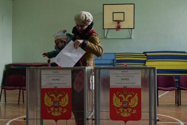 Жительница Новосибирска участвует в выборах губернатора Новосибирской области в единый день голосования