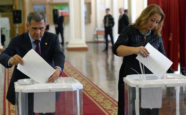 Президент Республики Татарстан Рустам Минниханов с супругой Гульсиной голосуют на одном из избирательных участков Казани