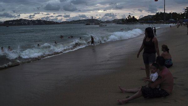 Люди на пляже в Мексике, во время приближения к берегу урагана Одиль