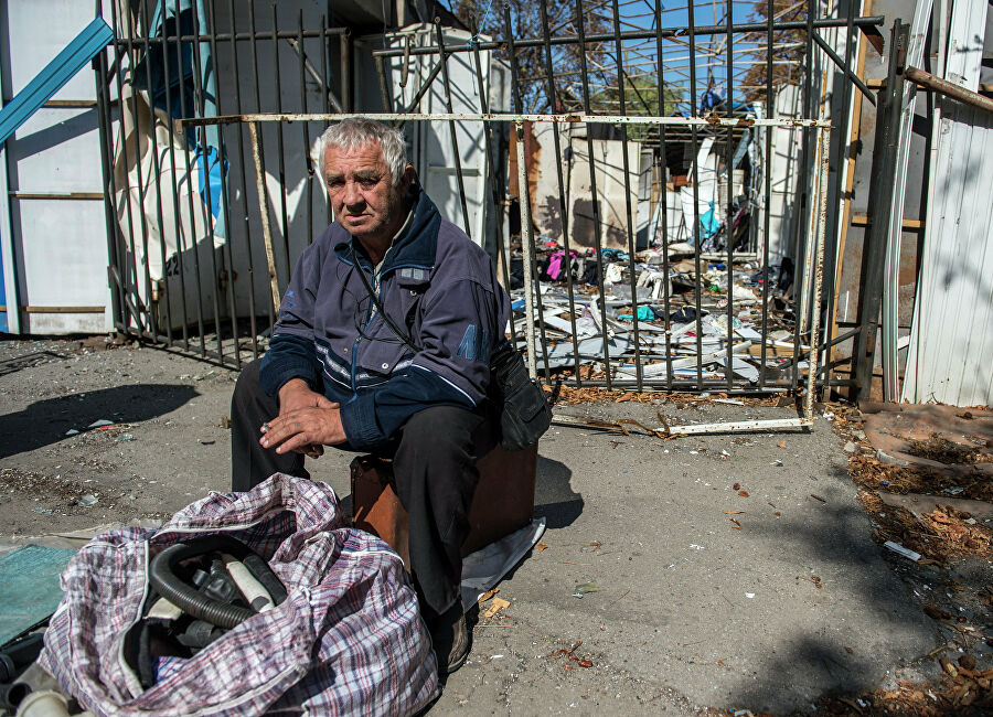 Местный житель на стихийном рынке в Луганской области