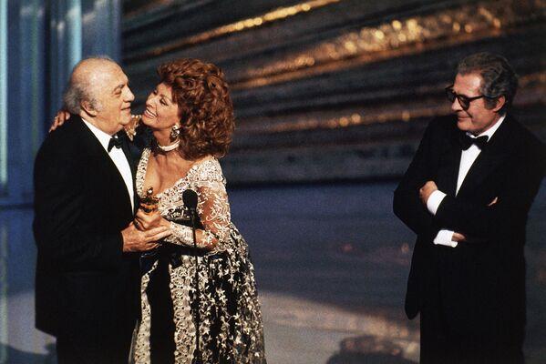 Софи Лорен и Марчелло Мастоянни вручают почетный Оскар великому режиссеру Федерико Феллини, 1993 год