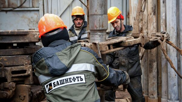 Добыча нефти работниками компании Башнефть