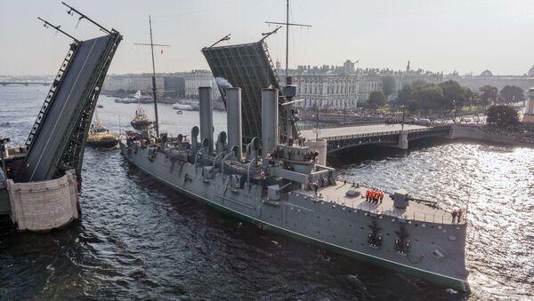 Корабль-музей Аврора во время буксировки в доковый ремонт. Архивное фото