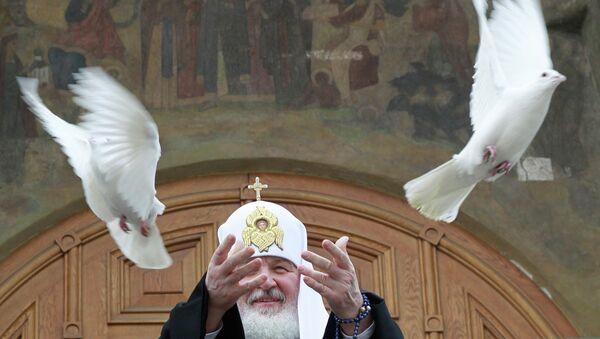 Патриарх Кирилл и Светлана Медведева выпустили в небо голубей в честь праздника Благовещения
