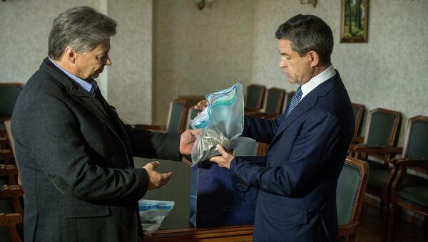 Передача объектива от камеры погибшего на Украине фотокорреспондента агентства МИА Россия сегодня Андрея Стенина