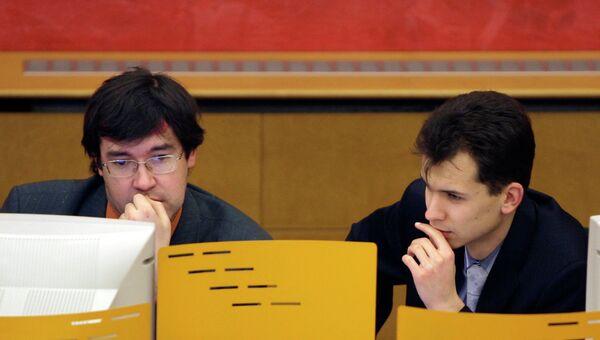 Трейдеры во время работы на ММВБ. Архивное фото