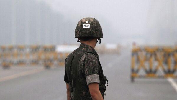 Южнокорейский солдат на военном контрольно-пропускном пункте на границе Южной и Северной Кореи. Архивное фото