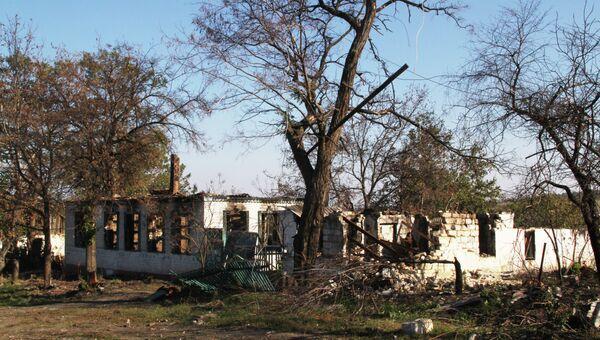 Разрушенные здания в районе села Степановка Шахтерского района Донецкой области