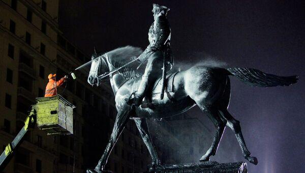 Мойка памятника маршалу Георгию Жукову. Архивное фото