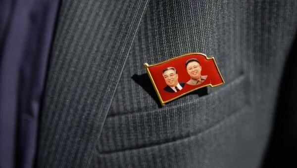 Значок с изображениями Ким Ир Сена и Ким Чен Ира на пиджаке члена корейской делегации