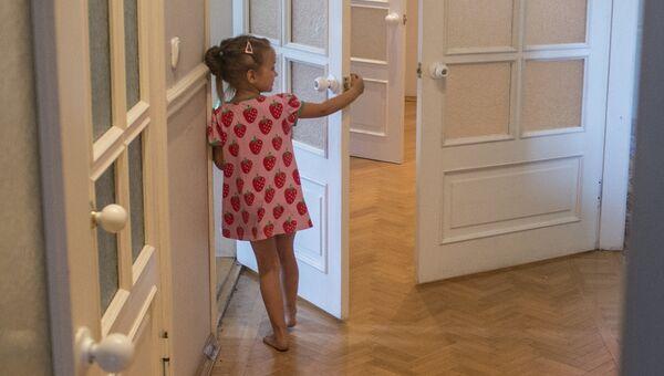Девочка в коридоре дома