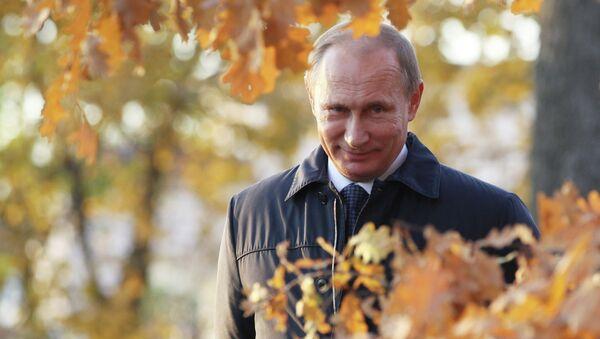 Президент России Владимир Путин гуляет по парку в имении поэта М.Ю.Лермонтова Тарханы. Архивное фото