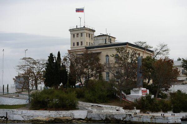 Одна из воинских частей в Севастопольской бухте и обелиск в честь эсминца Свободный на ее территории