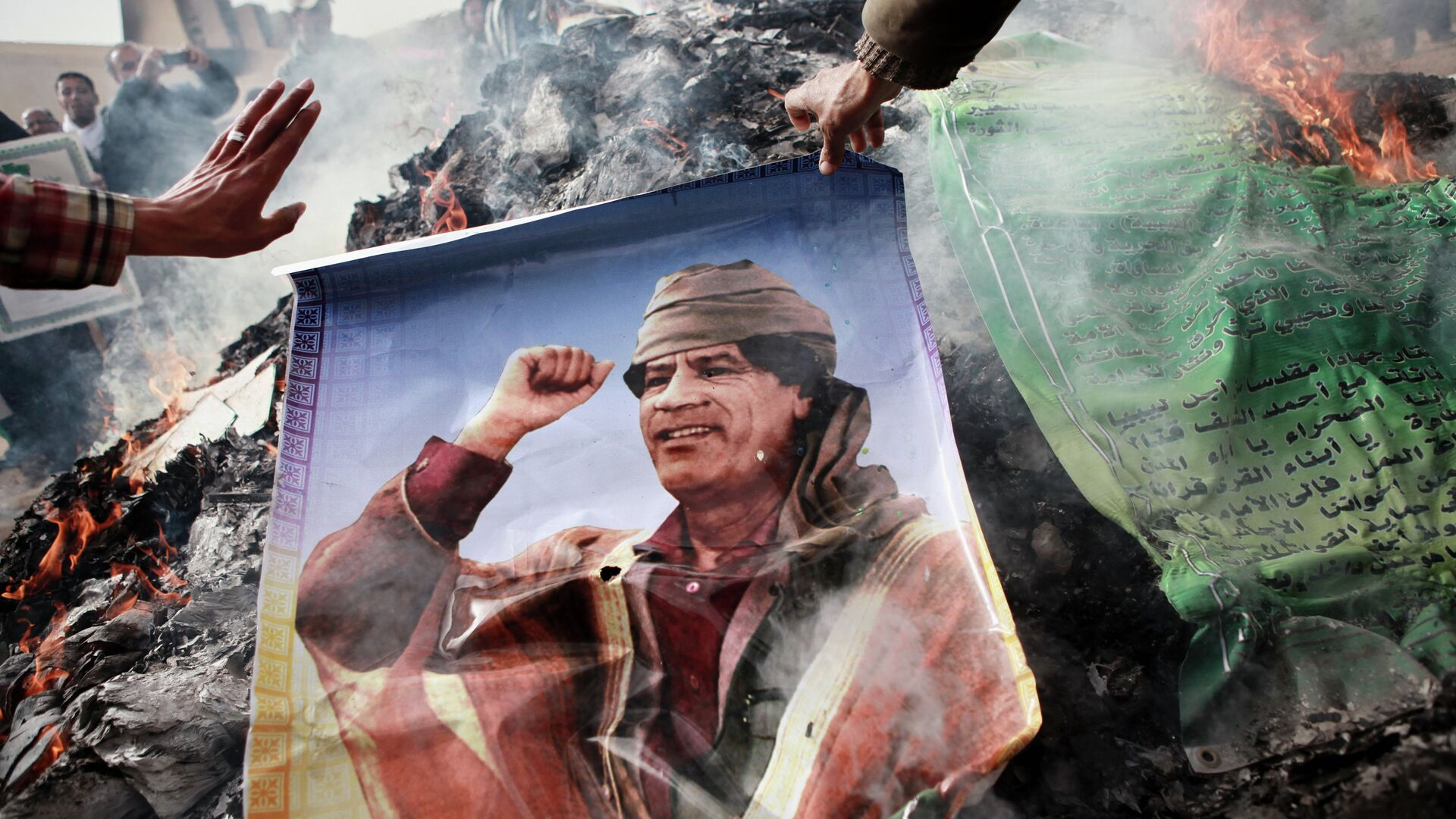 Жители Бенгази сжигают портреты Муамара Каддафи - РИА Новости, 1920, 17.10.2020