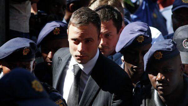 Южноафриканский легкоатлет-ампутант Оскар Писториус возле здания суда