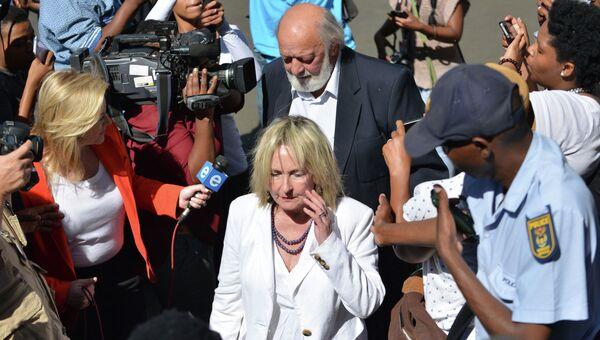 Родители Ривы Стинкамп перед зданием суда,  21 октября 2014