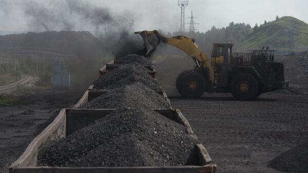 Погрузка угля в вагоны. Архивное фото