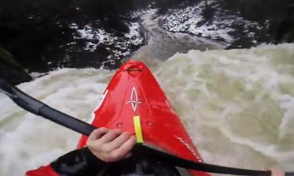 Эпичный сплав на каяке через 20-метровый водопад