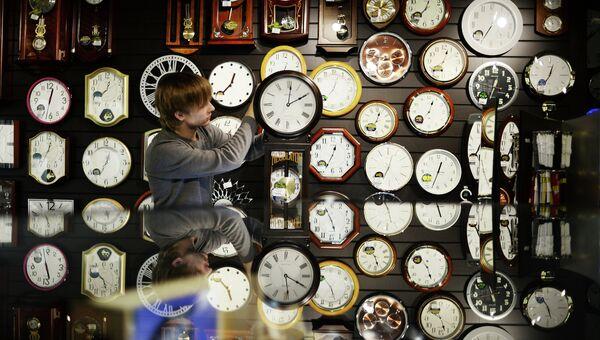 Перевод часов на зимнее время в регионах России. Архивное фото