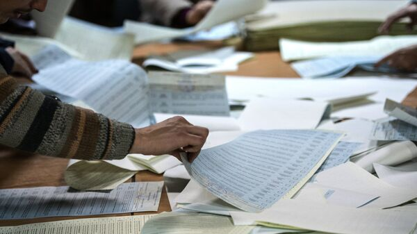 Подсчет голосов по результатам выборов. Архивное фото