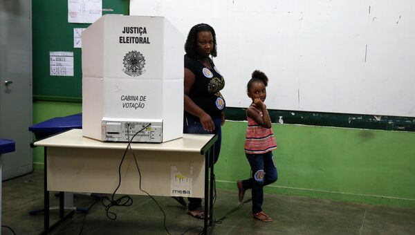 Избиратели на участке в Рио-де-Жанейро, Бразилия