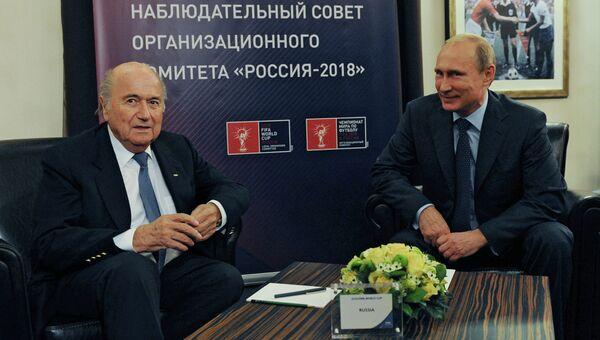 Президент России Владимир Путин (справа) и президент Международной федерации футбола (ФИФА) Йозеф Блаттер. Архивное фото