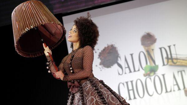Модель в шоколадном платье на ярмарке шоколада в Париже