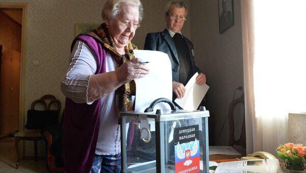 Жители Донецка голосуют на дому на выборах главы ДНР и депутатов Народного Совета республики в Донцке