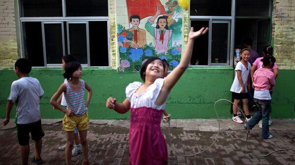 Дети играют во дворе пекинской школы, Китай