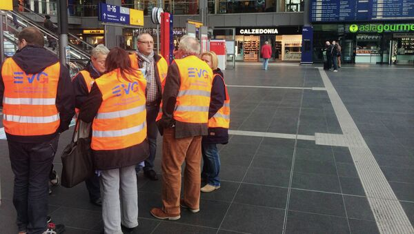 Участники забастовки машинистов поездов Deutsche Bahn на Центральном железнодорожном вокзале Берлина (Berlin Hauptbahnhof). архивное фото