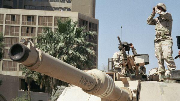 Американские солдаты наблюдают за порядком на улице Багдада