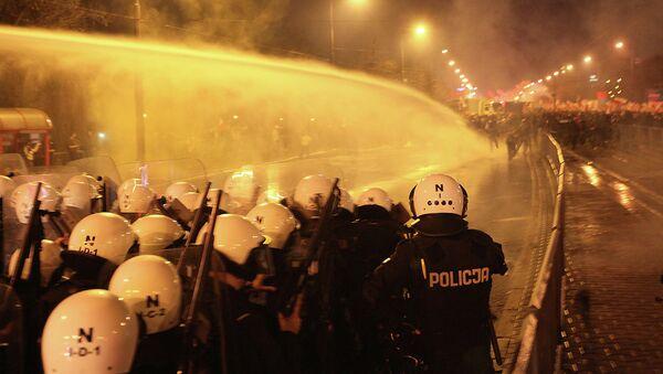 Сотрудники полиции применяют водометы для разгона демонстрантов в Варшаве во время марша независимости