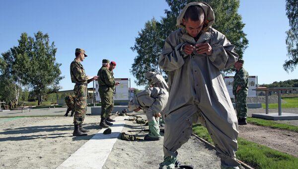 Военнослужащие сдают нормативы по РХБЗ. Архивное фото