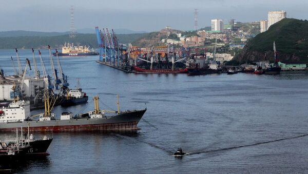 Вид на порт во Владивостоке, архивное фото