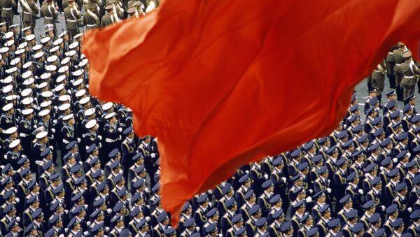 Красный флаг на Красной площади. Демонстрация мощи Советской армии на военном параде. Москва, 1988. Почетный диплом  World Press Photo-1988. Голландия