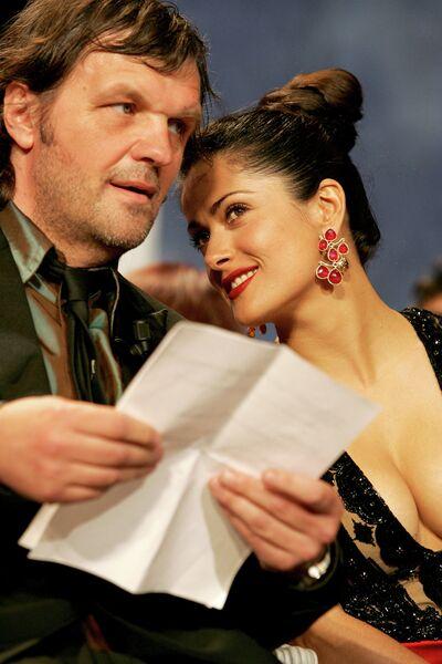 Режиссер Эмир Кустурица и мексикано-американская актриса, режиссёр, продюсер и певица Сальма Хайек. Канны, 2005 год