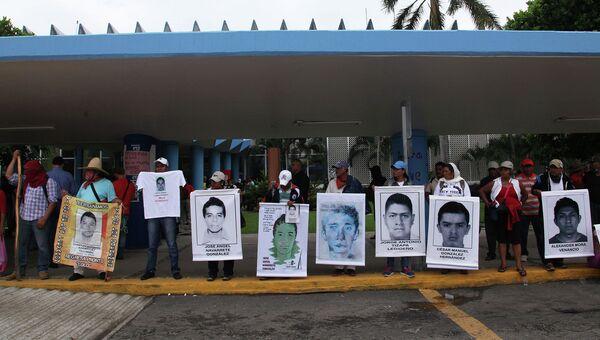 Родственники пропавших 43-х студентов во время демонстрации. Архивное фото
