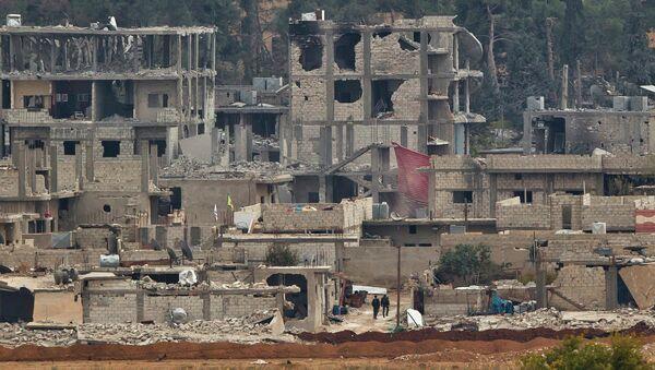 Предположительно курдские боевики в разрушенном городе Кобани, Сирия. Вид с холма на границе Турции и Сирии. 17 ноября 2014. Архивное фото