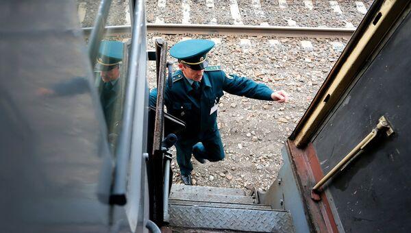 Сотрудник таможни проверяет вагон в поезде. Архивное фото
