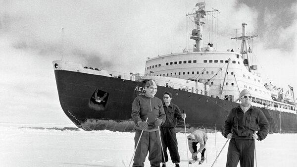 Члены экипажа атомохода Ленин на лыжной прогулке