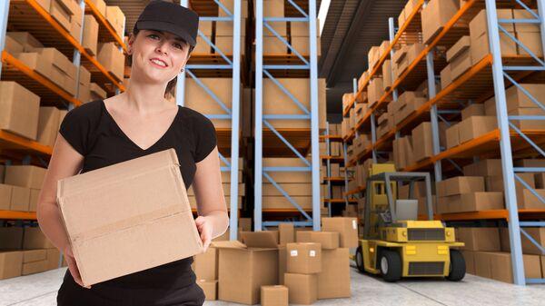 Женщина-грузчик работает на складе
