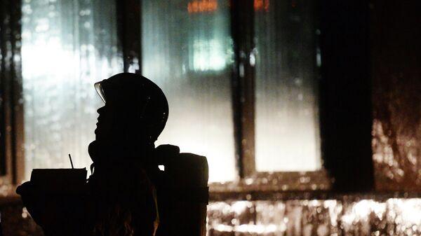 Сотрудник МЧС России во время тушения пожара. Архивное фото