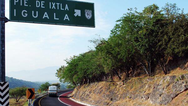 Указатель на Игуалу на федеральной трассе в Мексике. Архивное фото