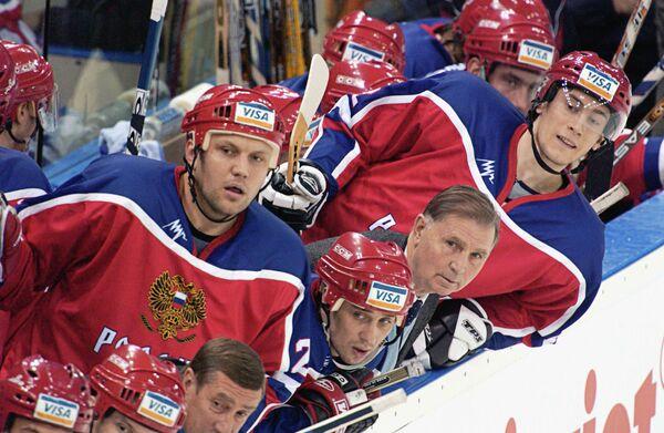 Легендарный тренер по хоккею Виктор Васильевич Тихонов с игроками сборной России по хоккею