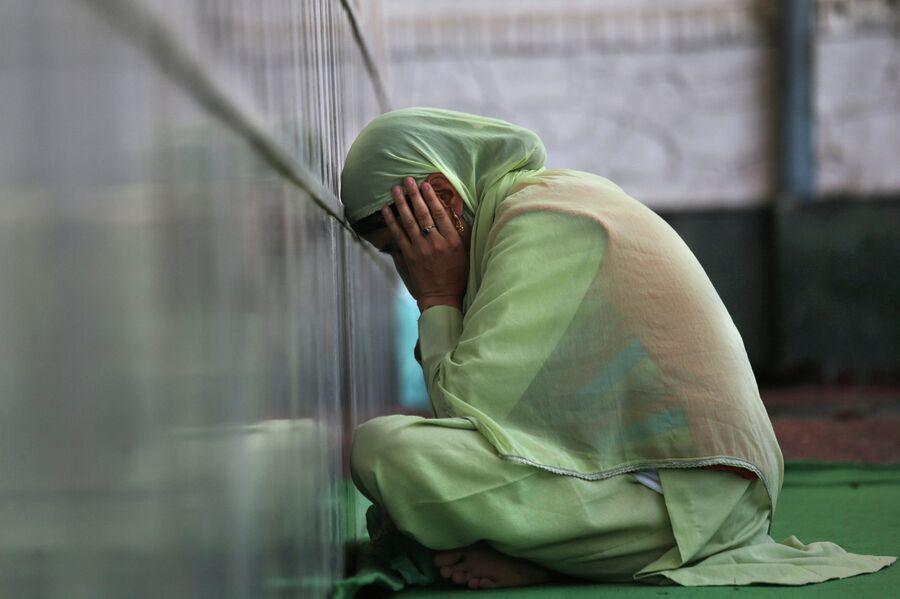 Жительница Шринагара молится в храме во время Рамадана. 2014 год
