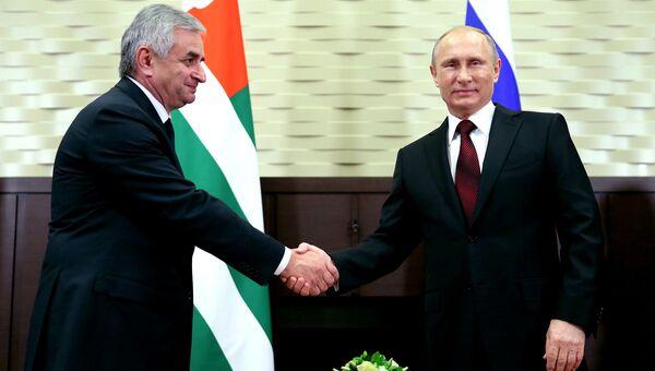 Президент России Владимир Путин и президент Абхазии Рауль Хаджимба. Архивное фото